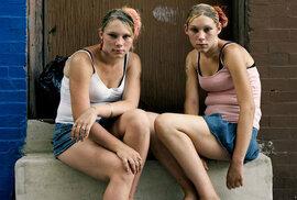 """Narkomani, prostitutky, bezdomovci. Drsně zachycený život """"ulice drogově závislých"""" ve …"""