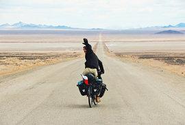 Reklama na svobodu  v nekonečných pouštních rovinách. Poušť Varzaneh, Írán, únor 2015.