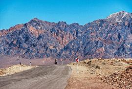 Kamenité, studené pouště a vyprahlé rudé hory, taková byla cesta Íránem. Nadušan, Írán, březen 2015.