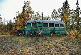 """Před """"Magickým autobusem 142"""" dobrodruha Christophera McCandlesse. Stampede Trail, Aljaška, září 2015."""