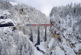 Jedna z architektonických krás Švýcarska. Viadukt se klene ve výšce 65 metrů nad řekou Landwasswe mezi městy Schmitten a Filisur, na více než sto let staré železniční trati přes Albulu