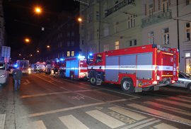 V Praze hořel hotel. Nejméně dva lidé zemřeli, desítky dalších mají zranění. Hasit se bude do noci
