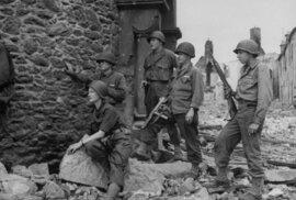 Lee Millerová (sedící vpopředí) vespolečnosti amerických vojáků vroce 1944. Minulý týden uplynulo odnarození odvážné fotoreportérky rovných 110 let.