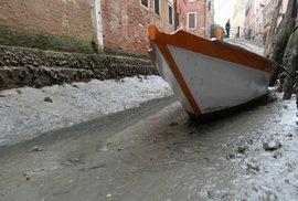 Benátky jsou na suchu a gondoly »parkují« v bahně.