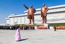 Cizinci mají dovoleno fotit monumentální sochy severokorejských vůdců, ale musejí být na snímku vždy celé, aby vynikla jejich velikost...