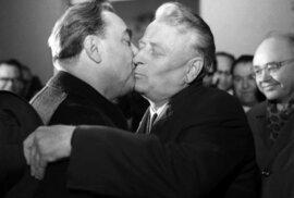 Antonín Novotný při soudružském polibku S Leonidem Brežněvem