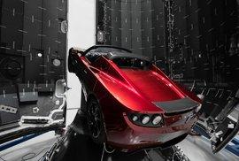 V přihrádce elektromobilu putovala do vesmíru i kopie sci-fi příběhu Stopařův průvodce po galaxii anglického autora Douglase Adamse