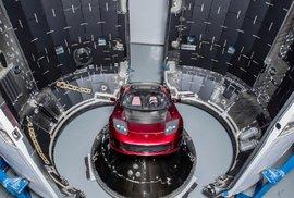 Elektromobil Tesla Roadster, který společnost SpaceX použila jako závaží při prvním testovacím startu nejtěžší rakety od dob raket Vulcan, která donesla člověka na měsíc, Falcon Heavy