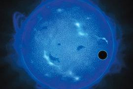 Exoplaneta GJ 1214 b během přechodu před mateřskou hvězdou (v ultrafialovém  světle)