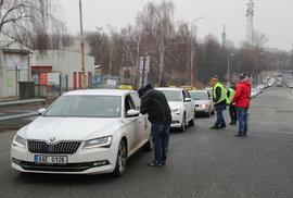 Taxikářů je před desátou na letišti přibližně 400.