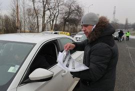 Taxikáři na Strahově protestují proti Uberu.