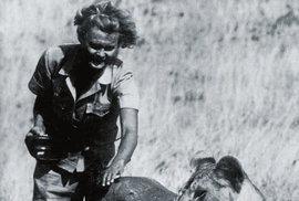 Slavná dvojice - Joy Adamsonová a lvice Elsa. Lvici Elsu vychovávali Adamsonovi odmalička. George Adamson totiž omylem zastřelil její matku, a tak se s Joy postarali o její mláďata. Dvě poslali do zoo, třetí - nejslabší - si ponechali.