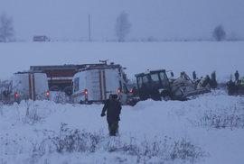 Záchranáři pátrají po troskách a tělech obětí letounu Saratovských aerolinií, který havaroval krátce po startu z Moskvy.