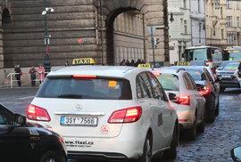 Řidiči Uberu budou mít povinně EET, bez taxikářského oprávnění skončí