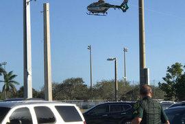 Policejní manévry v okolí střední školy na Floridě, kde ve středu došlo k masové střelbě