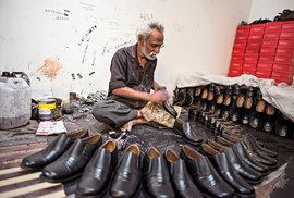ba96ac961d Dělník Suresh dodělává zakázku pro Emiráty. Ve špičce zde pracuje až 50  lidí
