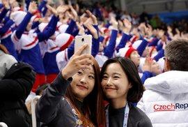 Fanynky ze Severní Koreje jsou zajímavou atrakcí i pro domácí příznivce