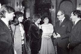Scelebritami. Natradičním setkání mladých umělců se Šlouf zanormalizace potkal třeba sVáclavem Neckářem nebo  Jitkou Zelenkovou.