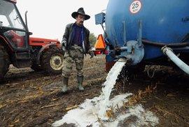 Sklady EU přetékají mlékem. Brusel vykupuje potraviny za stovky milionů eur, aby zvýšil ceny