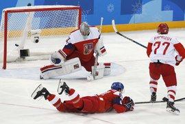 Brankář Pavel Francouz a jeho zákrok při olympijském semifinále proti Rusku