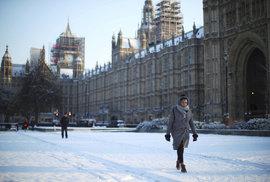 """Sníh v Británii: Kvůli """"Bestii z východu"""" jsou prázdné obchody. Ti, co vytáhli paty ven, jsou prý hrdinové"""