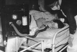 Žena inhaluje analgetika, aby se jí ulevilo od porodních bolestí