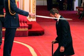 princ William Ringo Starra povýšil do rytířského stavu.