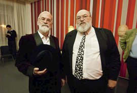 Jan Kantůrek a Terry Pratchett v roce 2011. Derniéra Terryho hry Maškarády v Divadle v Dlouhé.