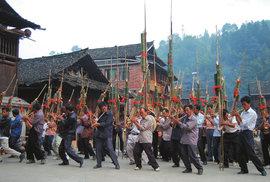 """Oslavy mezi """"mosty větru a deště"""" aneb Na návštěvě ve zvláštní vesnici čínských Tungů"""