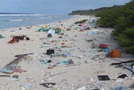 Neobydlený, ale mimořádně znečištěný Hendersonův ostrov v Pacifiku.