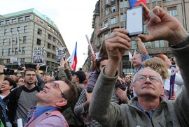Lidé v Praze vyšli do ulic, protestovali proti Andreji Babišovi. (9.4.2018)