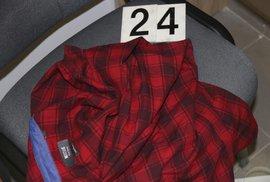 Policie pátrá po zhruba třicetiletém muži, který v úterý v Obchodním centru Letňany zavraždil prodavačku v obchodu s oblečením. Na místě zanechal spoustu kusů svého vlastního oblečení. Poznáváte jej?