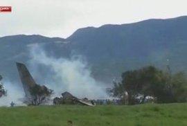 Mrtvých po pádu armádního letadla v Alžírsku je už 257. Zachránit se podařilo jen několik zraněných