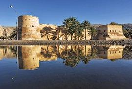 Středověká pevnost s hradbami a strážními věžemi v Chasabu