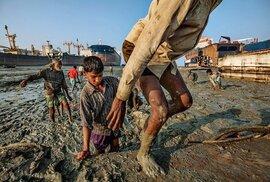 Dělníci v Chittagongu téměř holýma rukama rozebírají lodě v bahně plném toxického odpadu