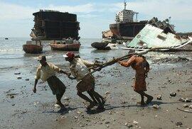 Práce, kterou dělat nechcete: Dělníci holýma rukama rozebírají lodě v bahně plném…