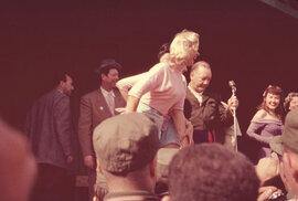 Představení, které mělo potěšit vojáky během války v Koreji.