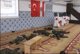 Děti v uniformách hrají islámské bojovníky. Turecké mešity v Německu a Rakousku…
