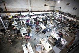 Adidas nasyrský způsob aneb Návštěva nelegální dílny ve městě Kobání