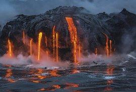 Láva vytékající z vulkánu do moře. Zdejší sopky nikdy nespí...