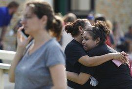 Deset mrtvých při střelbě v Texasu. Útočil 17letý student, zbraně vzal svému otci
