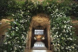 Kaple sv. Jiří na hradě Windsor je vyzdobena záplavou květin