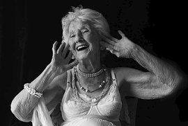 """""""Myslím, že jsem krásná, a když ne, tak se o to snažím. Mám ráda pečlivě upravené vlasy, šaty a šperky. Vždy jsem si dávala záležet ne vzhledu.""""  Marie-Berthe Paquette, 102 let, Montreal, 2016"""