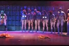 Herci při divadelní hře Naše násilí a vaše násilí vystupovali nazí.