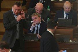 Komici roku: Poslanci ANO hlasovali proti kuřárnám, které sami navrhli. Dostali…
