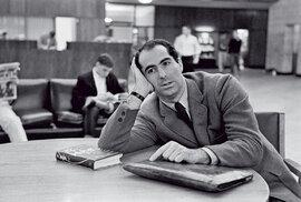 Philip Roth psal sám osobě podobně, jako osobě točí Woody Allen; vesvých dílech ovšem vždy komentoval, většinou kriticky aironicky, isoučasnou politickou aspolečenskou situaci.
