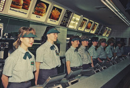 Nejslavnější hamburger světa slaví 50 let. Podívejte se, jak se u nás prodával první…