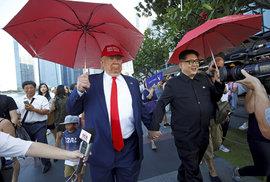 Setkání dvojníků Kim Čong-una a Donalda Trumpa v Merlion Parku v Singapuru (8.6.2018)