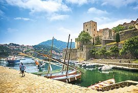 Rybářská vesnice Collioure s letním královským hradem a dvěma pevnostmi v přístavu