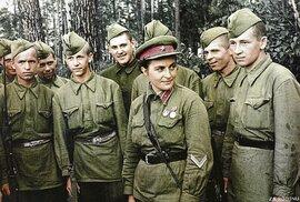 Pavličenková na setkání s mladými vojáky. S hodnostním označením poručíka na límci už vypadá jako zkušená veteránka.